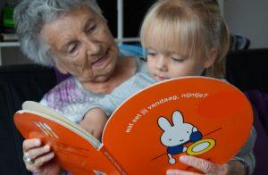 mijn oma met mijn dochter samen te lezen.